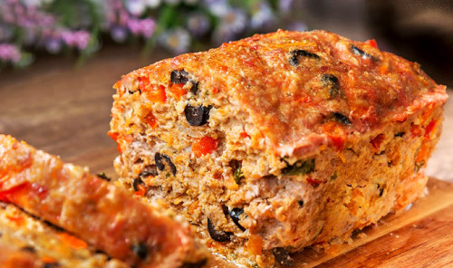 Мясной хлеб с маслинами и овощами