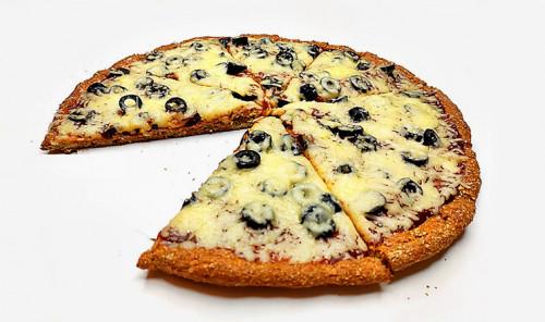 Пицца с маслинами на творожной основе