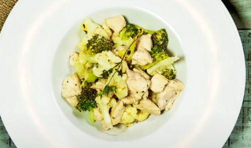 Куриная грудка с овощами в сметане на сковороде