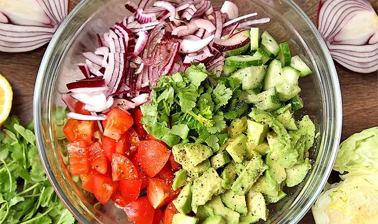 Салат с авокадо, огурцом и помидорами