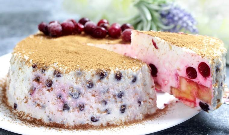 Творожный торт с бананом и ягодами