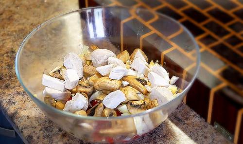 Салат с курицей, грибами и консервированным ананасом