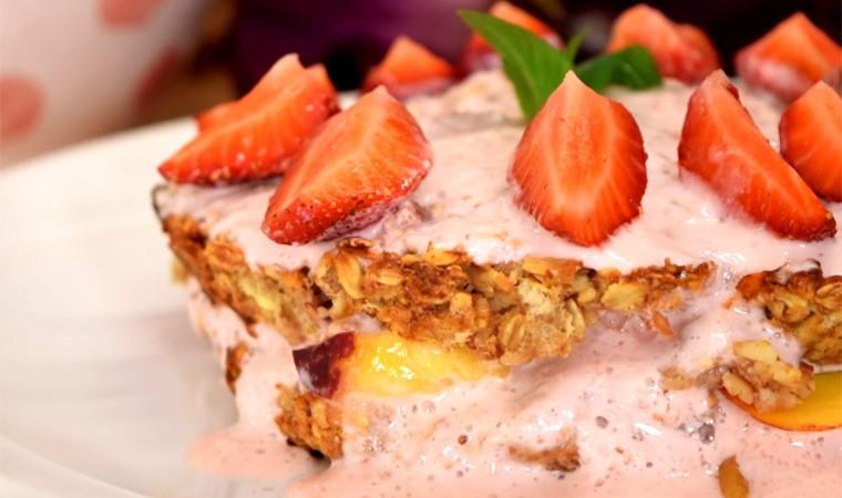 Торт с кремом из клубники и йогурта