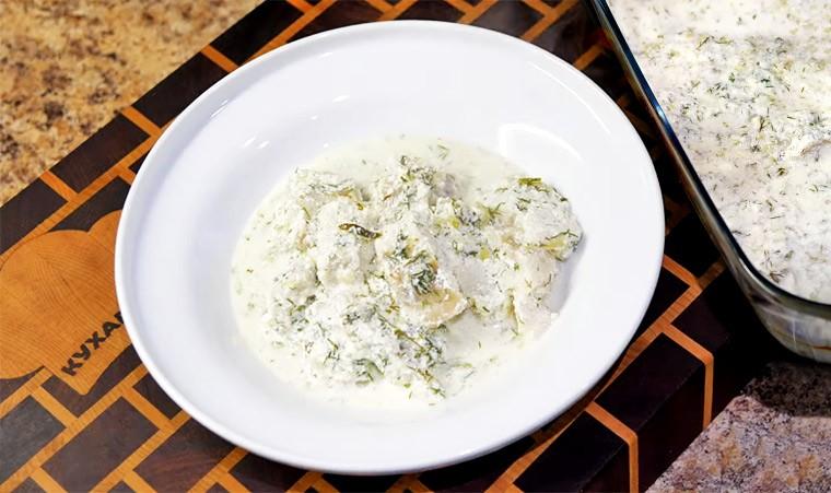 Минтай в сметанно-чесночном соусе в духовке