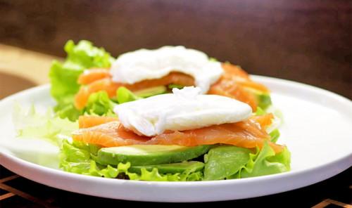 Бутерброды с лососем, авокадо и яйцом пашот