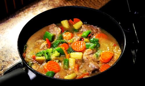 Курица с овощами в грушевом соусе на сковороде