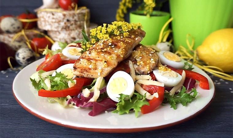 Салат с перепелиными яйцами и курицей