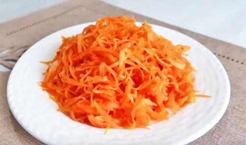 Капуста, тушеная с морковью в томатном соусе