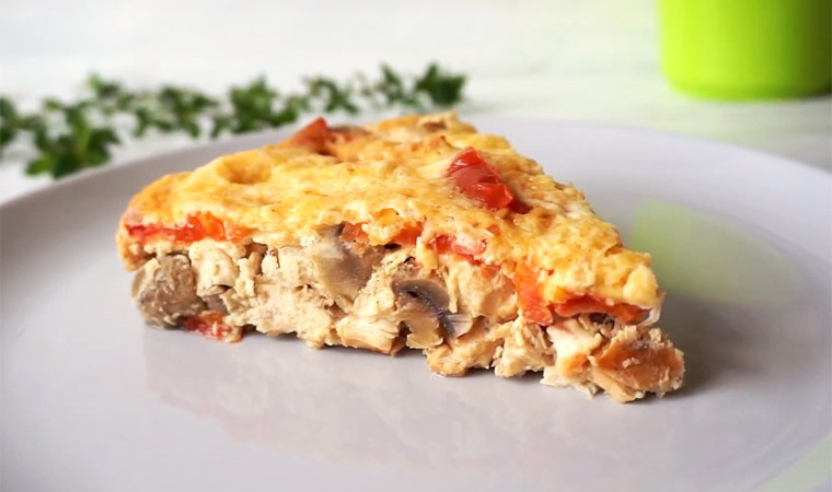 Запеканка с курицей, грибами и помидорами в мультиварке