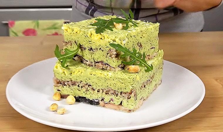 Праздничный салат с горбушей, яйцами и сыром