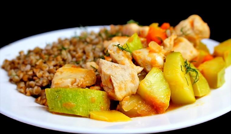 Овощное рагу с курицей и гречкой